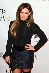 http://img265.imagevenue.com/loc377/th_69978_HilaryDuff_kentucky_derby_prelude_party_04_122_377lo.jpg