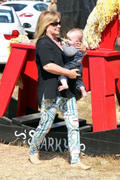 http://img265.imagevenue.com/loc557/th_277992816_Hilary_Duff_MrBones_Pumpkin_Patch28_122_557lo.jpg